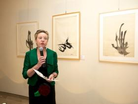Prof. Dr. Martina Pippal showing the crowd through the exhibition