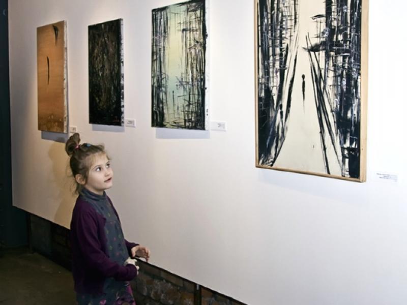 Child looking at Soshanas paintings