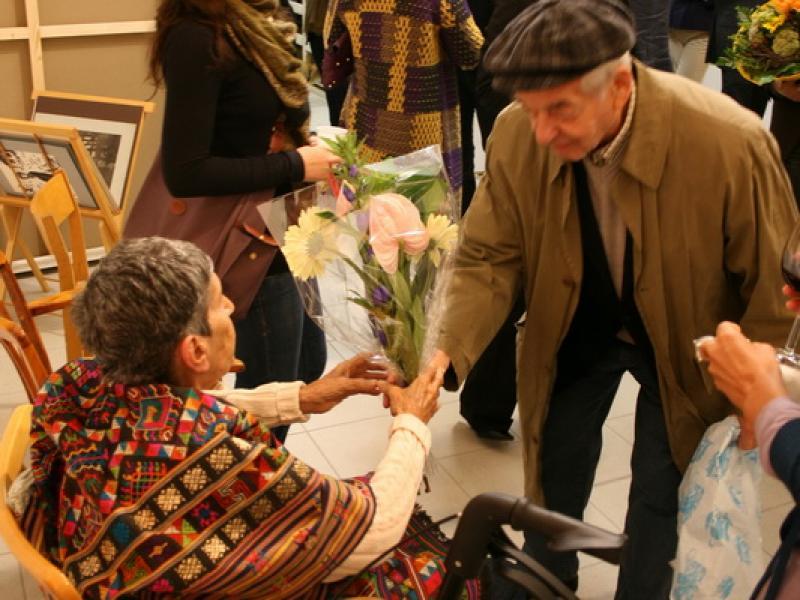 Hugo Brainin giving flowers to Soshana